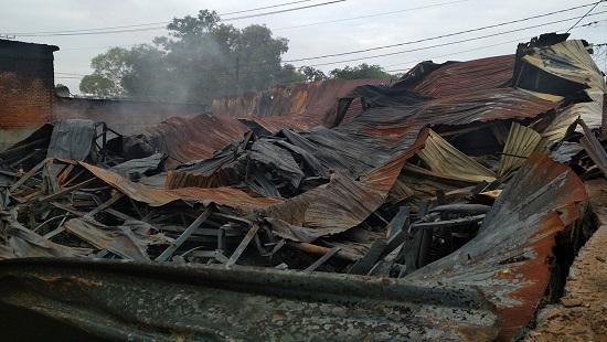 Hàng ngàn m2 nhà xưởng bị thiêu rụi