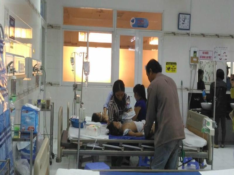 Các bé bị ngộ độc đang được điều trị tại bệnh viện Nhi Đồng Cần Thơ. Ảnh Nhẫn Nam