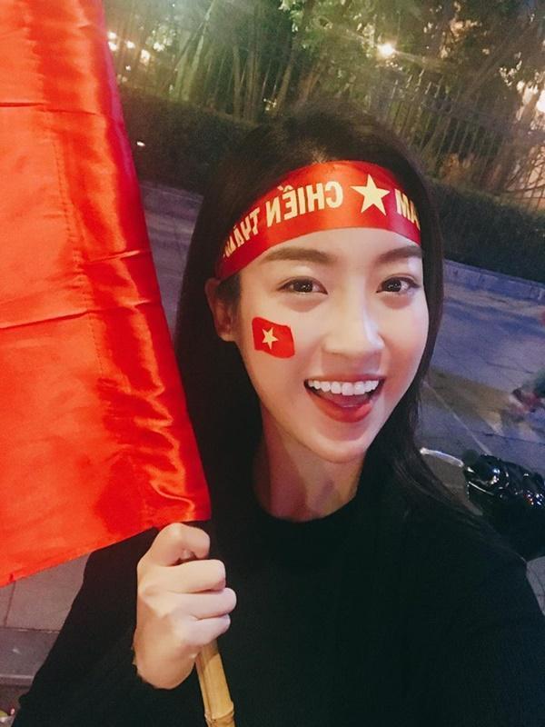 Nổi tiếng là một người đẹp ngoan hiền nhưng trước sức lôi cuốn của Bùi Tiến Dũng, hoa hậu Đỗ Mỹ Linh cũng đã gia nhập 'hậu cung' hâm mộ người trấn thủ khung thành cho đội tuyển U23 Việt Nam.