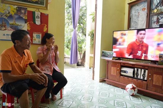 Hình ảnh bố mẹ Văn Hậu xem con thi đấu