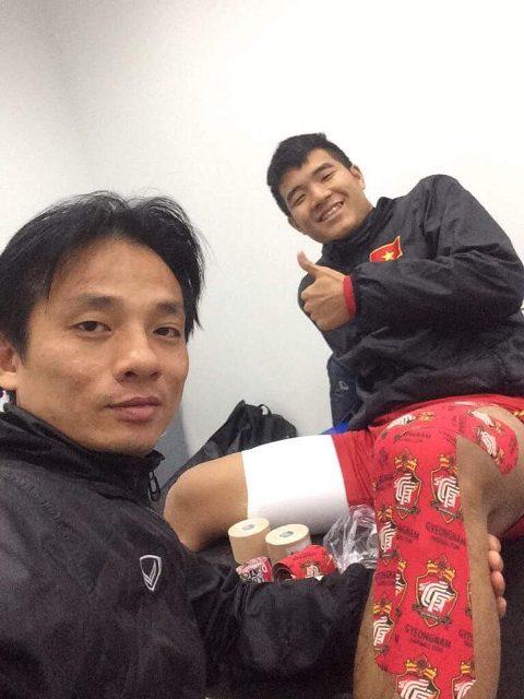 BS. Thuỷ chăm sóc cho cầu thủ Hà Đức Chinh.