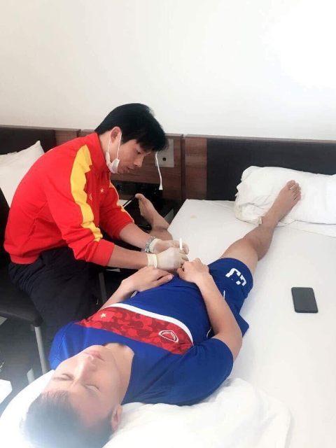 BS. Thuỷ điều trị cho Tiền vệ Nguyễn Quang Hải.