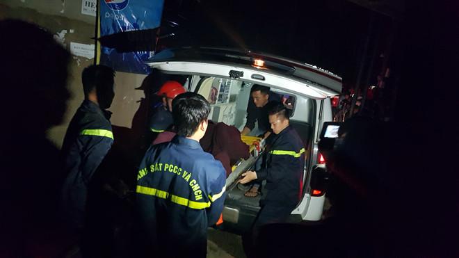 Xe cứu thương có mặt đưa các nạn nhân ra ngoài. Ảnh: Lâm Đồng