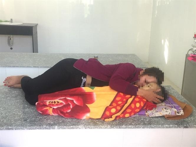 Người mẹ trẻ ôm xác đứa con khóc suốt ngày