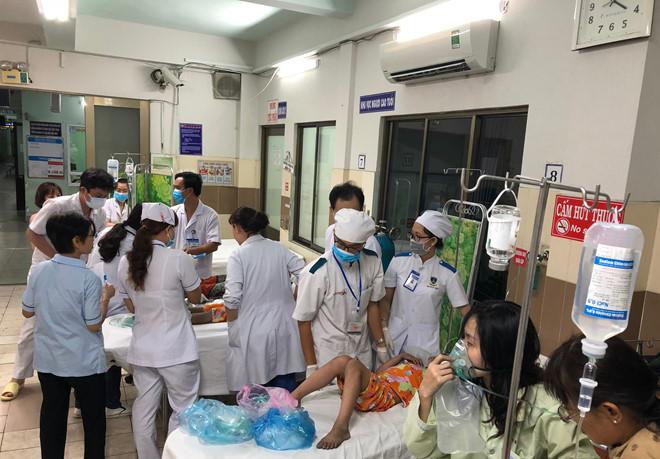 Bệnh viện Nguyễn Tri Phương tiếp nhận 11 nạn nhân bị thương trong vụ cháy chung cư Carina. Ảnh: Tấn Linh