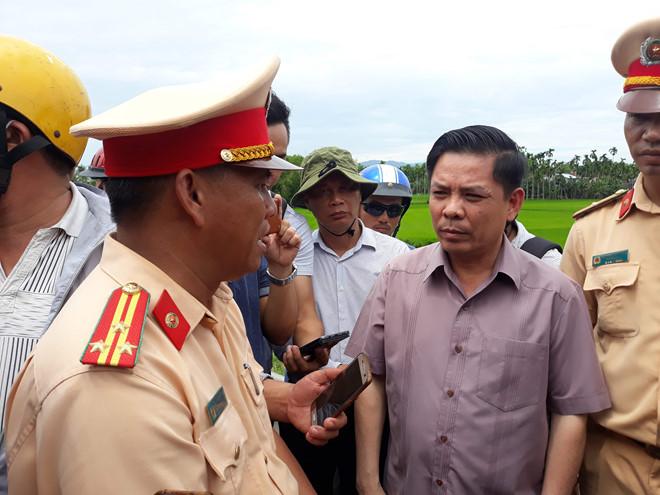 Bộ trưởng Bộ Giao thông Vận tải có mặt tại hiện trường sáng 30/7. Ảnh: Thanh Đức.