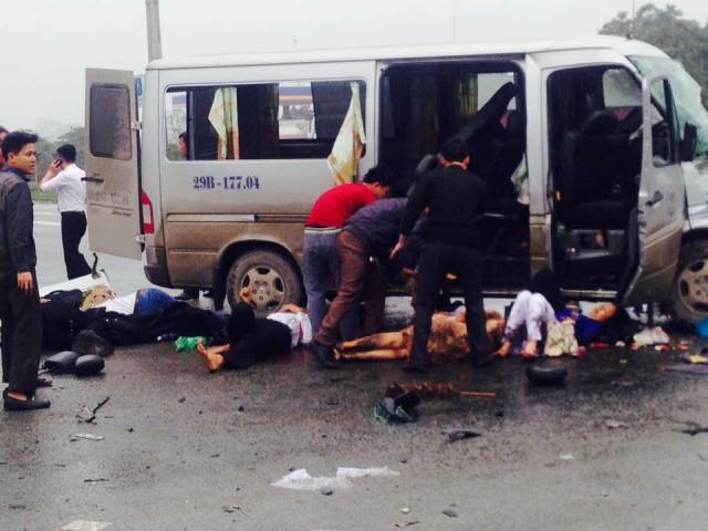 Nạn nhân nằm la liệt quanh chiếc xe khách sau vụ tai nạn. Ảnh: dailo.vn