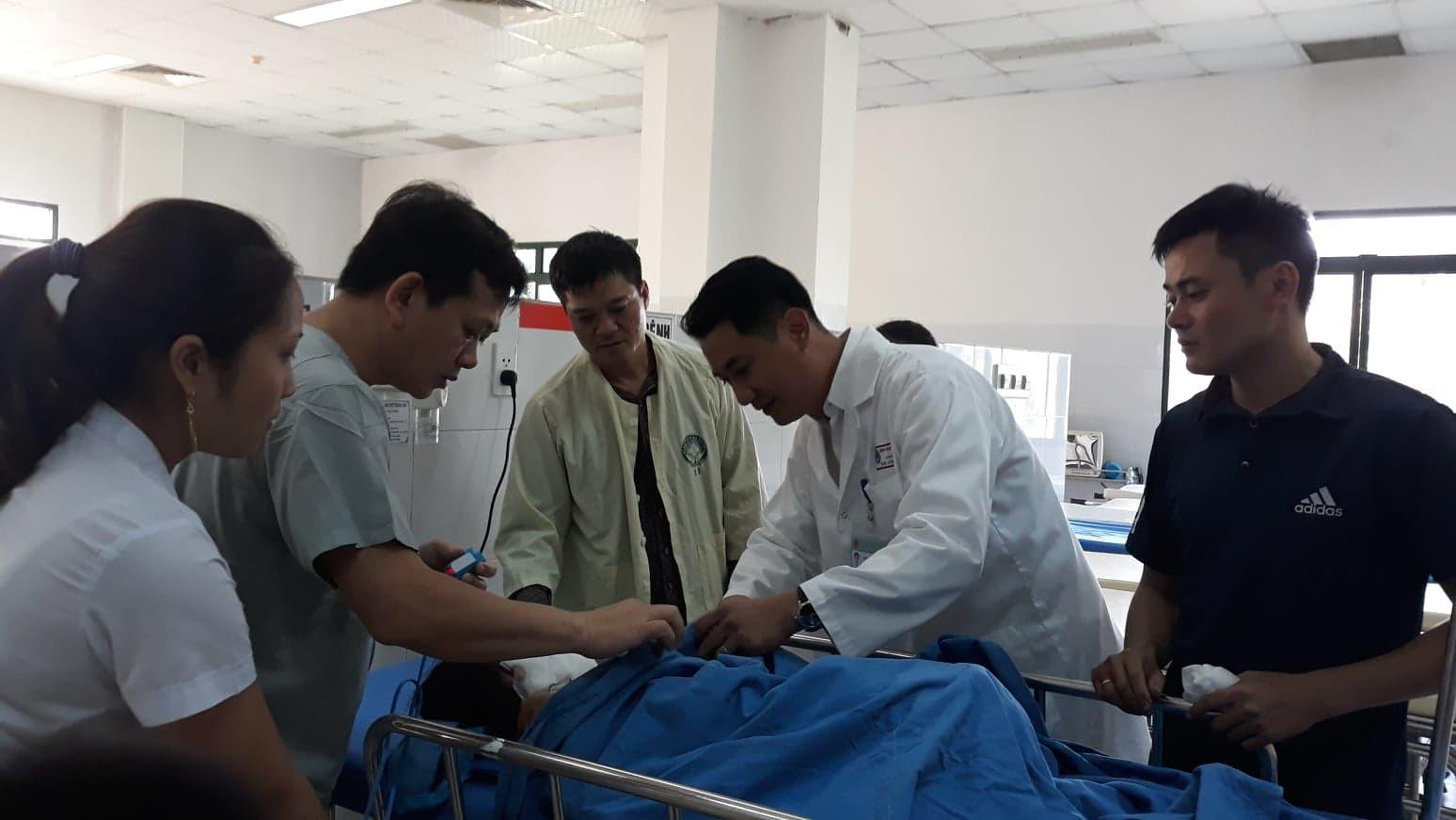 Các bác sỹ đang chắm sóc tích cực cho con gái của anh Linh