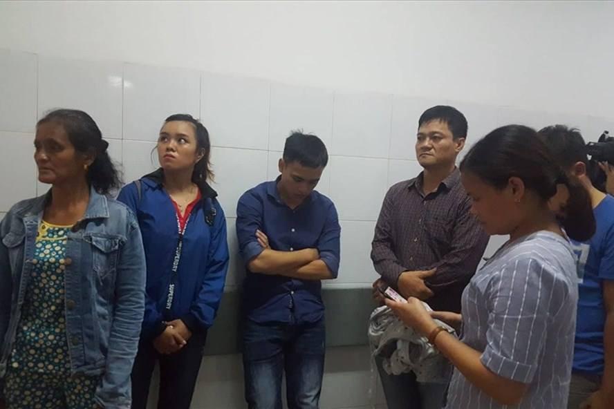 Người nhà lo lắng đứng tại Bệnh viện Đa khoa Đà Nẵng