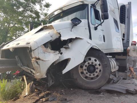Đầu xe container gây tai nạn với xe ô tô khách.