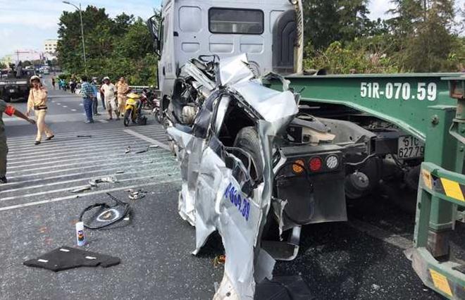 Phần vỏ của chiếc xe khách 16 chỗ mắc kẹt cạnh xe container. Ảnh: VTCNews