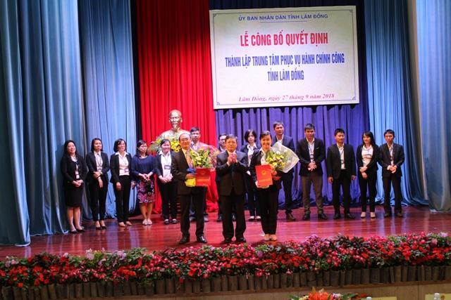 Chủ tịch UBND tỉnh Đoàn Văn Việt trao quyết định Giám đốc và Phó Giám đốc Trung tâm phục vụ hành chính công tỉnh Lâm Đồng