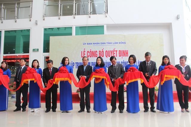 Các đồng chí lãnh đạo Tỉnh ủy, UBND tỉnh và các sở ngành cắt băng khai trương Trung tâm phục vụ hành chính công tỉnh Lâm Đồng