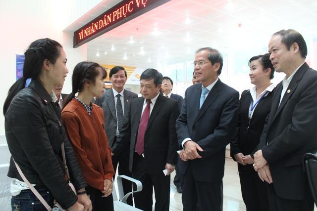 Lãnh đạo tỉnh hỏi thăm người dân đến làm thủ tục hành chính tại bộ phận một cửa của Trung tâm phục vụ hành chính công tỉnh Lâm Đồng
