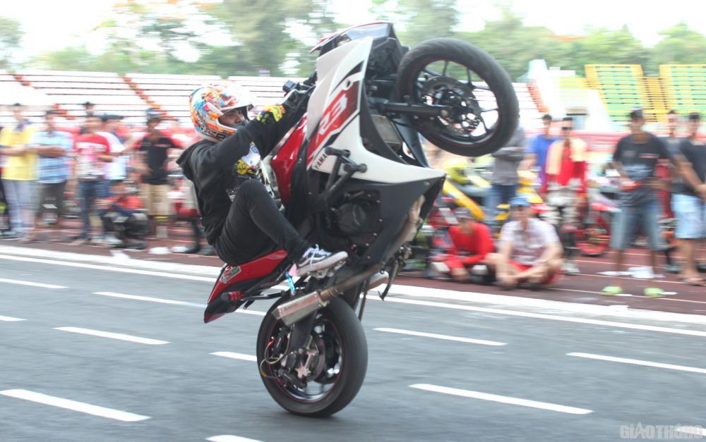 Hai vận động viên nước ngoài biểu diễn kỹ thuật trên xe mô tô phân khối lớn.