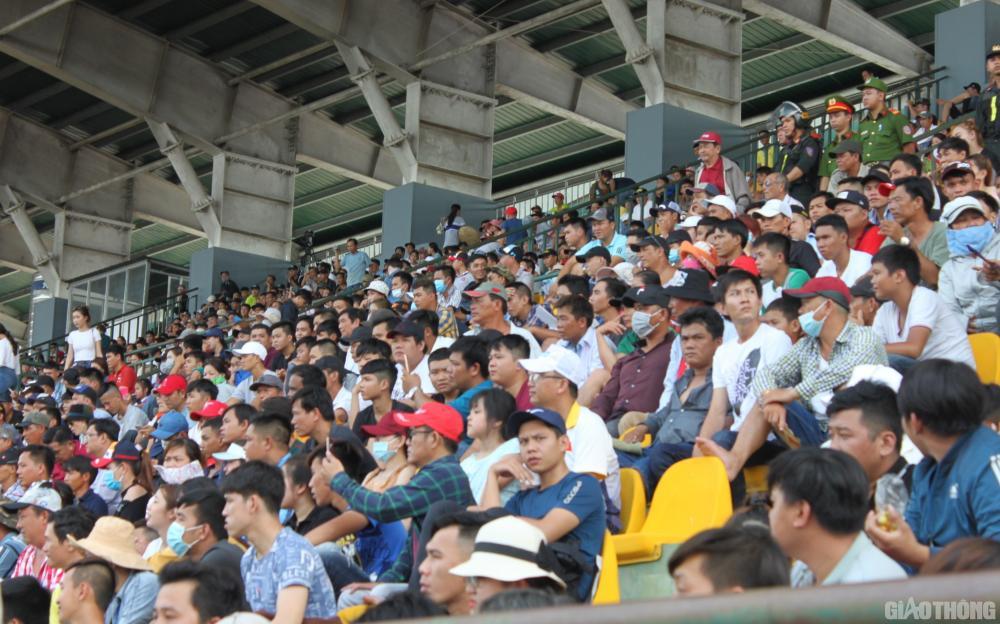 Bất chấp nắng nóng, hàng ngàn khán giả đổ về sân vận động Cần Thơ theo dõi cuộc tranh tài