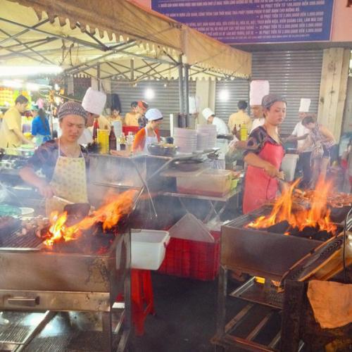 Những đầu bếp tài hoa đang trổ tài nấu nướng cho khách du lịch xem. (Nguồn: congly.vn)