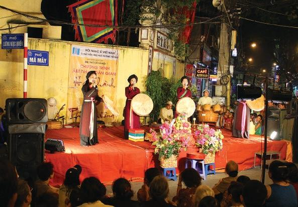Các liền chị đang biểu diễn quan họ ngay trên chợ đêm phố cổ. (Nguồn: chudu24.com)