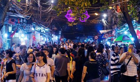 Phố cổ Hà Nội náo nhiệt về đêm. (Nguồn: dantri.com.vn)