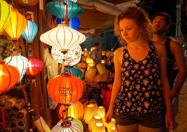 Du khách nước ngoài cũng phải mê mẩn với vẻ đẹp thi vị của các chiếc đèn lồng. (Nguồn: congly.vn)