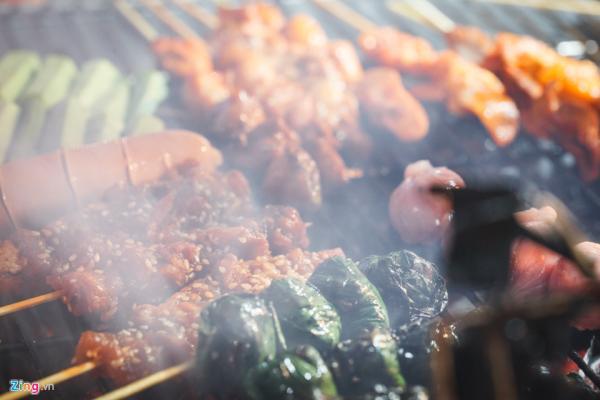 Đi từ xa, mùi thịt nướng thơm lừng, nghi ngút khói chắc chắn sẽ làm nhiều người không cưỡng lại được sự hấp dẫn. (Nguồn: Zing.vn)