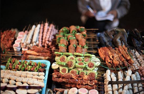 Có rất nhiều các món nướng ngon được bán tại phố đồ nướng. (Nguồn: dulichsapa365.vn).