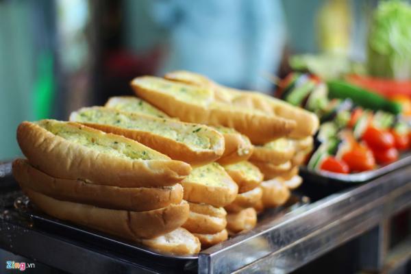 Bánh mì nướng tỏi có giá 10.000 đồng một miếng. (Nguồn: Zing.vn).