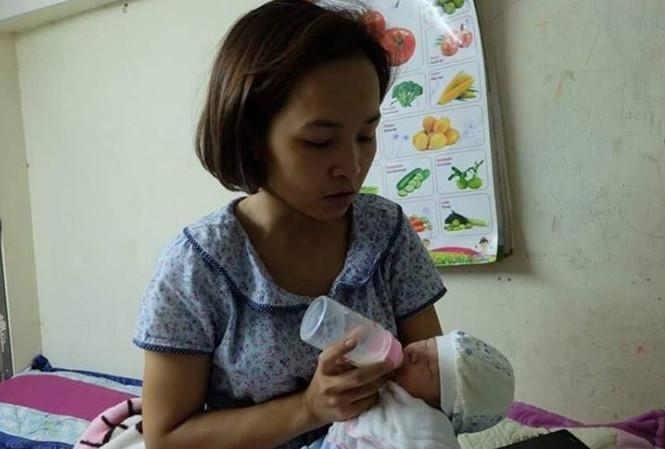 Chị Hòa đang chăm sóc cháu bé.