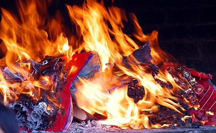 Không tùy tiện đốt giấy, vàng mã vì như vậy sẽ khiến ma quỷ bu đến.