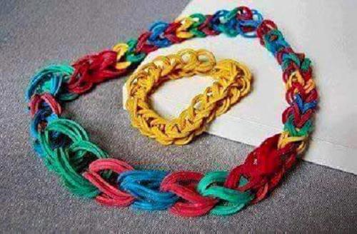 Những sợi dây nhảy được thắt bằng thun một cách thủ công.