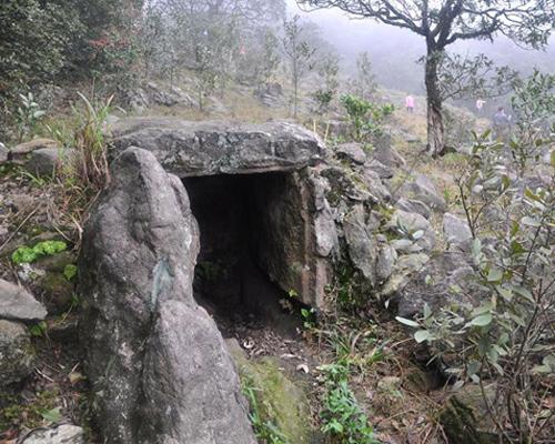 Hầm đá trong khu linh địa cổ Mẫu Sơn