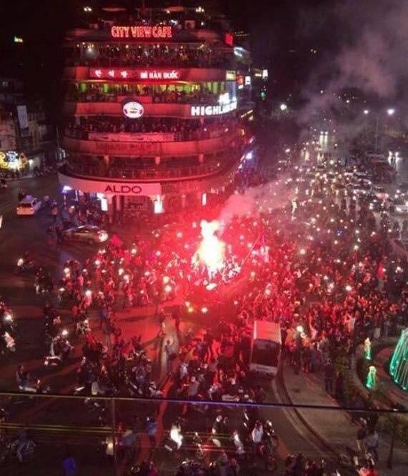 Quảng trường Đông Kinh Nghĩa Thục kín người mừng chiến tích của U23 Việt Nam.