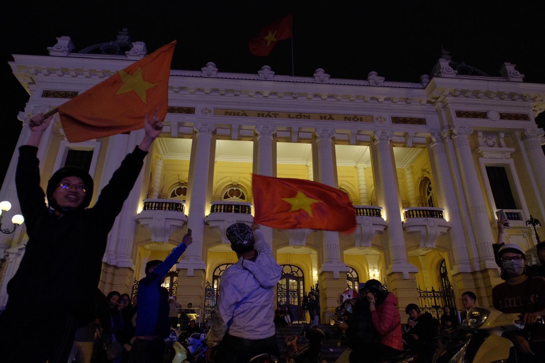 Nhà hát lớn, nơi các fan Việt Nam tập trung từ sớm theo dõi U23 Việt Nam.