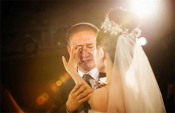 Bố cũng rơi nước mắt trong ngày chị đi lấy chồng