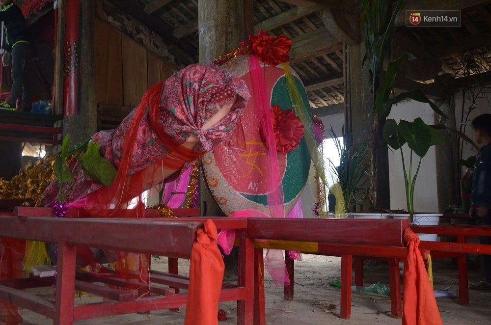 Tàng thinh năm nay được làm bằng gỗ dổi, có đường kính khoảng 22cm, chiều dài 1m30, trọng lượng trên 50kg.