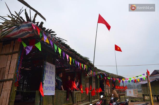 Người dân cắm trại vui chơi trước khi diễn ra lễ hội vào ngày mai.