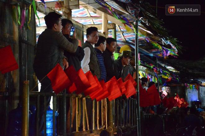 Người dân thích thú xem văn nghệ vào buổi tối.