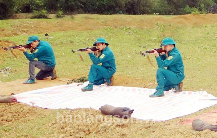 Dân quân tự vệ huyện Bắc Sơn huấn luyện bắn súng CKC