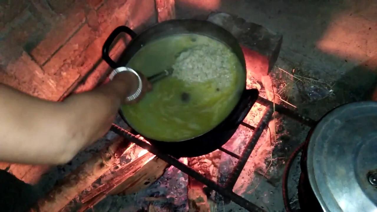 Mùi cháo nóng hổi hấp dẫn hòa quyện với vị đăng đắng của quả mắc nhung khiến thời tiết mùa lạnh trên vùng Sơn La không còn buốt giá nữa (Nguồn ảnh: Cuộc sống Tây Bắc).