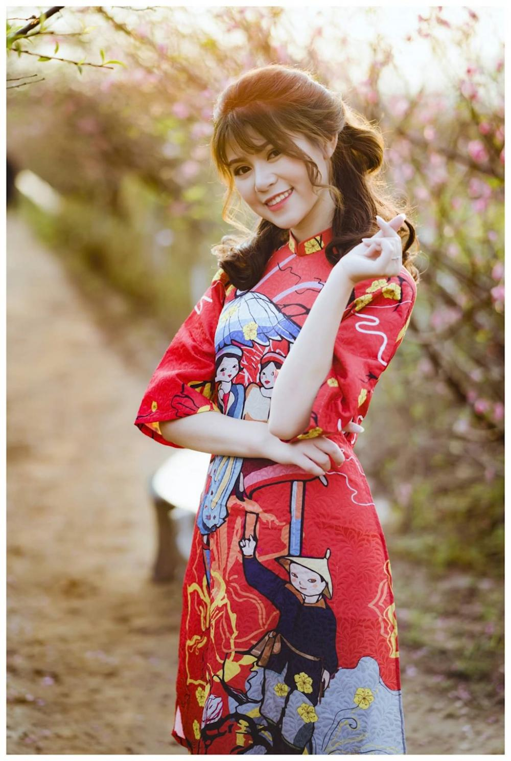 Trong bộ ảnh mới của mình, Phương Oanh xuất hiện với mái tóc dài, xoăn nhẹ nhàng, trẻ trung.