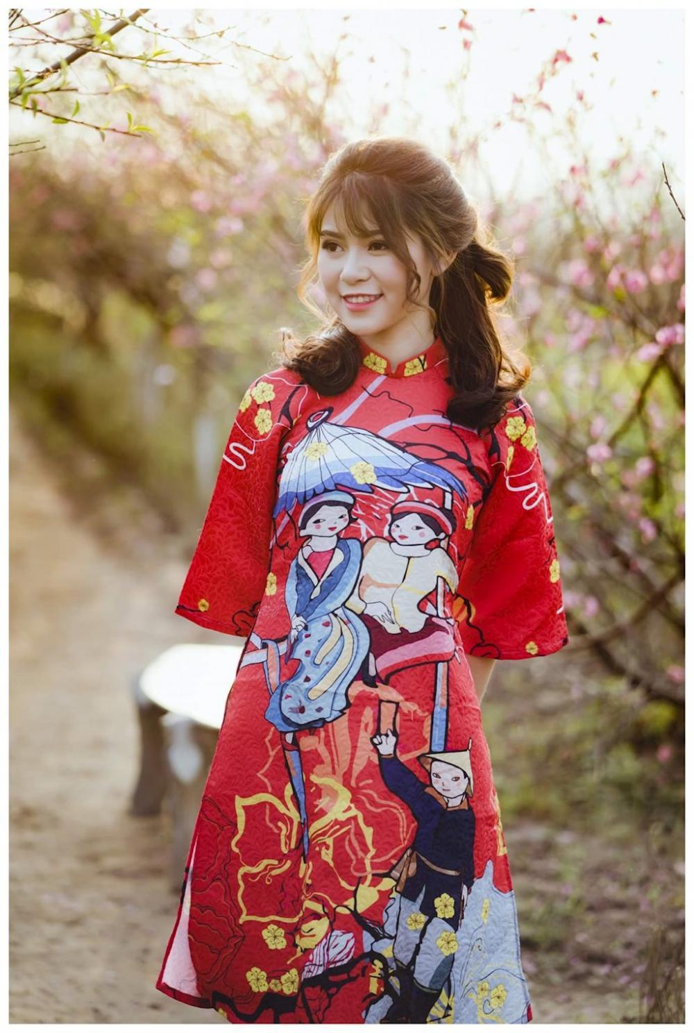 Những nụ đào chớm nở khoe sắc đã thu hút không ít người dân Hà Thành đến ngắm hoa, chụp ảnh.