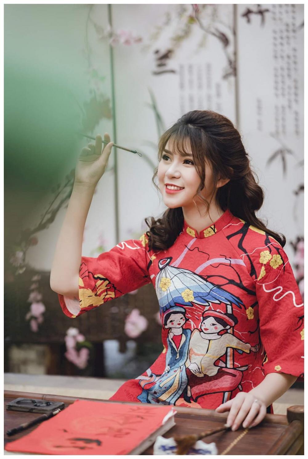 Phương Oanh được biết đến là một hot girl đến từ Mộc Châu. Cô sở hữu vẻ đẹp như bông hoa rừng của vùng núi Tây Bắc. Với nhiều năm kinh nghiệm làm mẫu ảnh, cô nàng là gương mặt mẫu ảnh hot của thế hệ 10x tại Hà Thành.