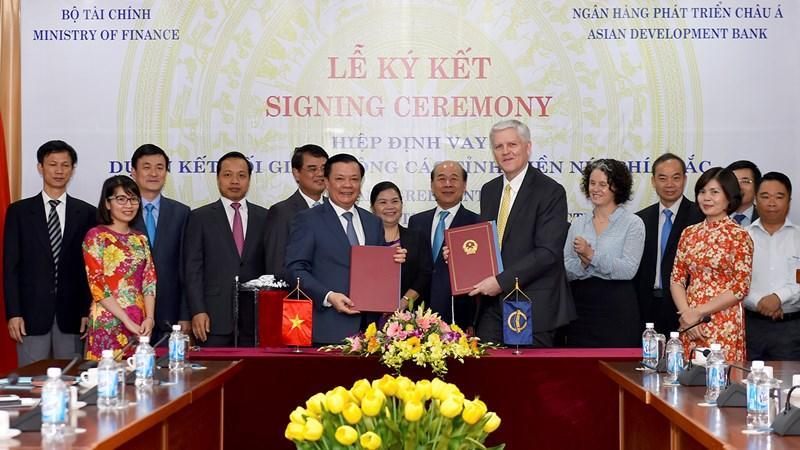Bộ trưởng Bộ Tài chính Đinh Tiến Dũng và ông Eric Sidgwick - Giám đốc Quốc gia ADB tại Việt Nam.