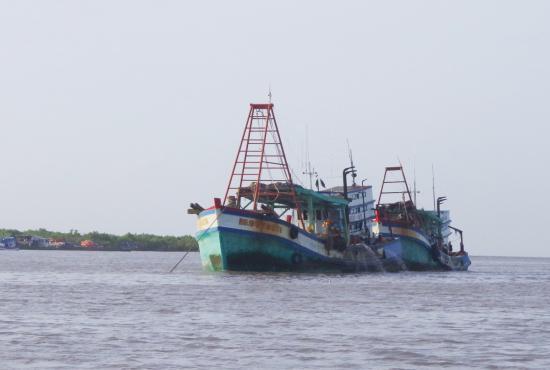 Tàu cá khai thác thủy sản neo đậu tại cửa biển Sông Đốc (Cà Mau). Ảnh: Hoàng Tá