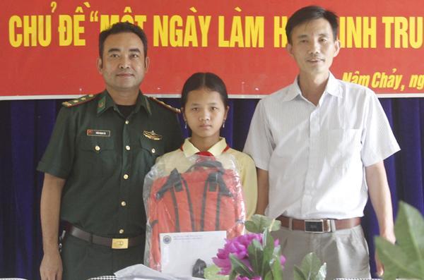 Trao hỗ trợ cho học sinh có hoàn cảnh khó khăn tại Trường PTDTBT THCS Nậm Chảy.