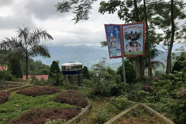 Trường PTDT bán trú THCS Cốc Ly 2 (huyện Bắc Hà, Lào Cai) có vườn hoa, cây xanh như công viên. Ảnh: P.V