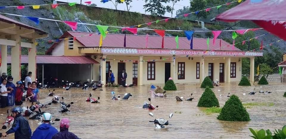 Xe máy của các thầy cô giáo chìm trong nước