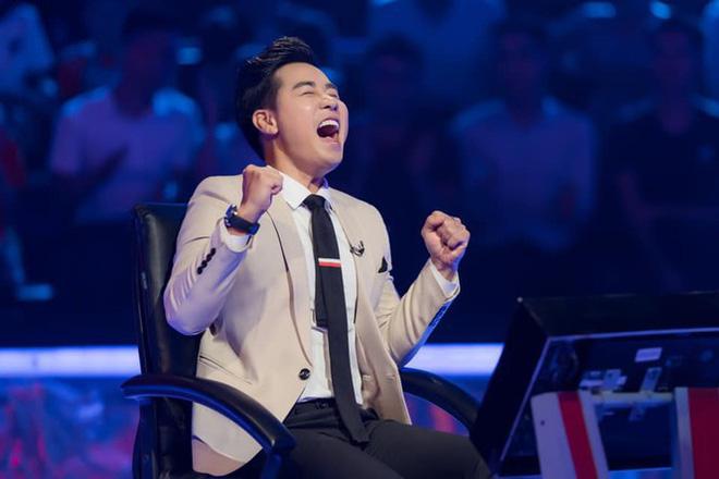 MC Nguyên Khang hạnh phúc khi giành tiền thưởng 40 triệu đồng.