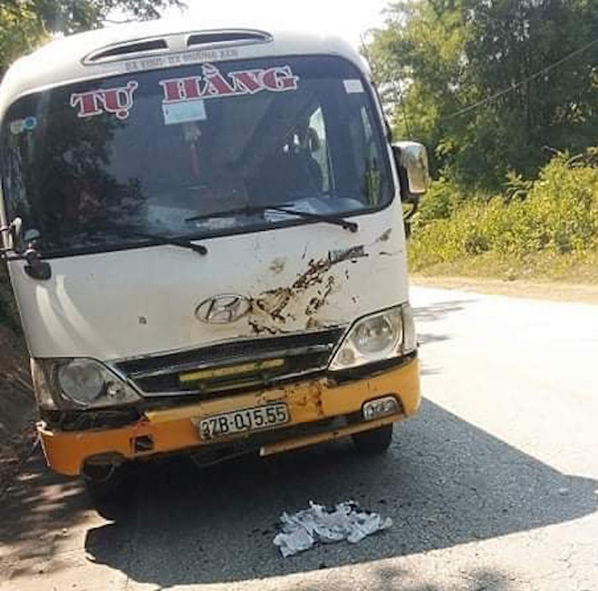 Chiếc xe khách bị hư hỏng sau tai nạn, may mắn hành khách trên xe không bị thương.