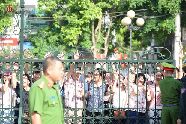 Người dân đội nắng theo dõi phiên tòa.